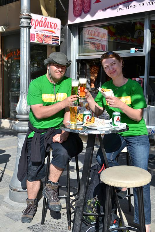 Un gyros și o bere pe stradă în Ioannina