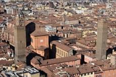 Privind de sus zgărie norii medievali din Bologna