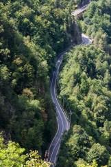 Transfăgărășanul șerpuiește la baza muntelui