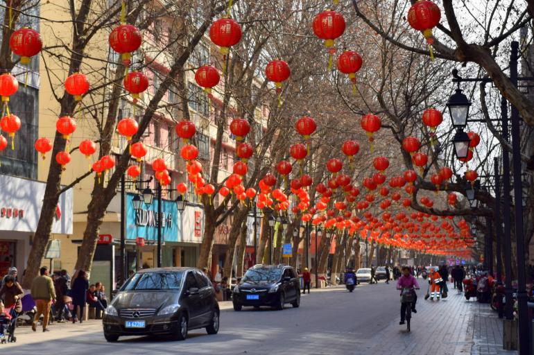 לקראת החג נצבעים רחובות הערים באדום (צילום: טל ניצן)