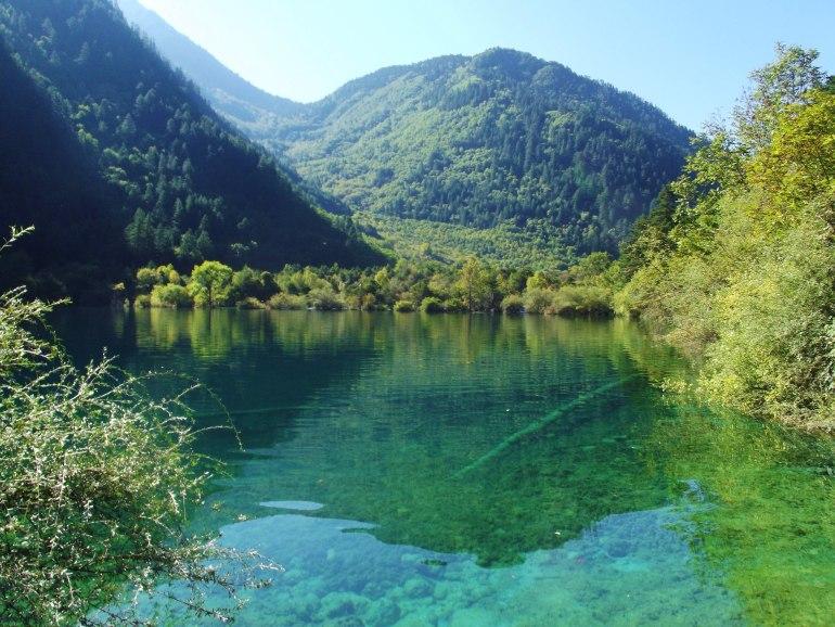 מי האגמיםהצלולים משקפים את ההרים הניצבים מעליהם בצורה מושלמת (צילום: כנען בן-חור)
