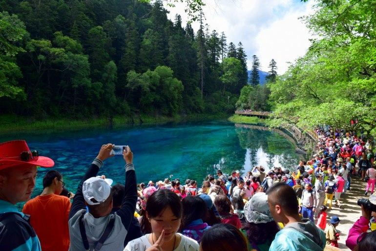 המוני תיירים מתאספים בבריכת חמשת הצבעים בשעות הצהריים (צילום: טל ניצן)