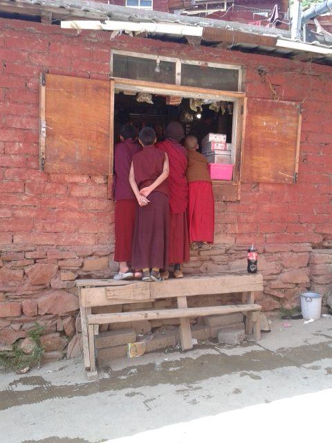 נזירים צעירים קונים באחת המכולות שפזורות באקדמיה (צילום: חיים קלאי)