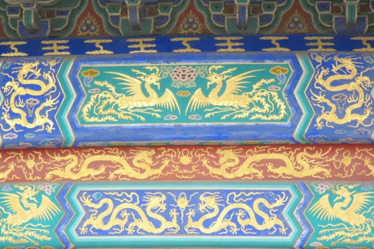 העמודים קורות התמך מקושטים בצבעים בוהקים ומעוטרים בציורי זהב (צילום: טל ניצן)