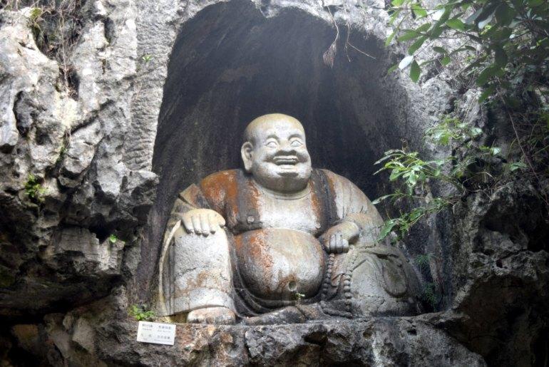 פסל נוסף של הבודהה הצוחק על מדרונות הפסגה (צילום: טל ניצן)