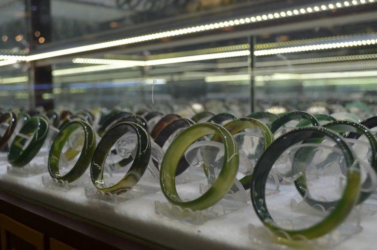 """צמידי ג'ייד שנמכרים ב""""מפעל"""" אבני ירקן. אחת התרמיות הנפוצות בטיולי יום מאורגנים בסין (צילום: נוגה פייגה)"""