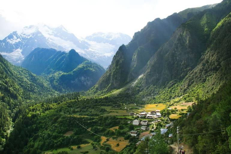 הכפר יובנג עליון, כפי שהוא נראה בירידה מהפס (צילום: יובל לוי)