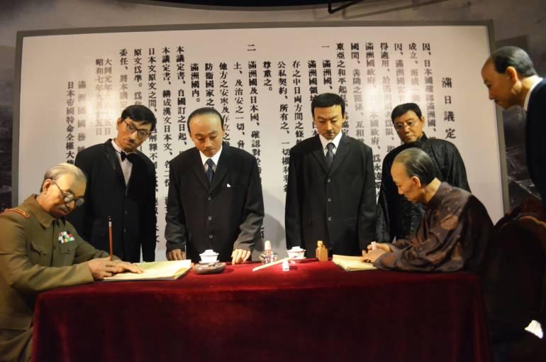 חתימת ההסכם בין מדינת מנצ'וריה ליפן. מיצג ממוזיאון ההיסטוריה של כיבוש צפון-מזרח סין (צילום: נוגה פייגה)