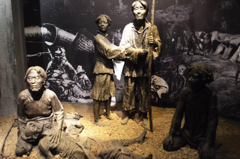 מיצגים במוזיאון. סבל הנתינים הסינים (צילום: נוגה פייגה)