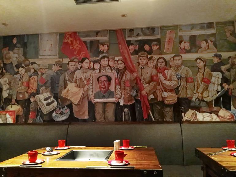 """הוט-פוט דה-דווי-ג'אנג, מסעדה בסגנון """"אדום"""" בשאנגחאי. מיסחור של המהפכה שיצאה נגד מיסחור (צילום: נוגה פייגה)"""