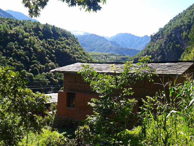 בית בכפר ואנג צ'י. קומת עץ בנויה על לבני בוץ עם גג צפחה (צילום: חיים קלאי)