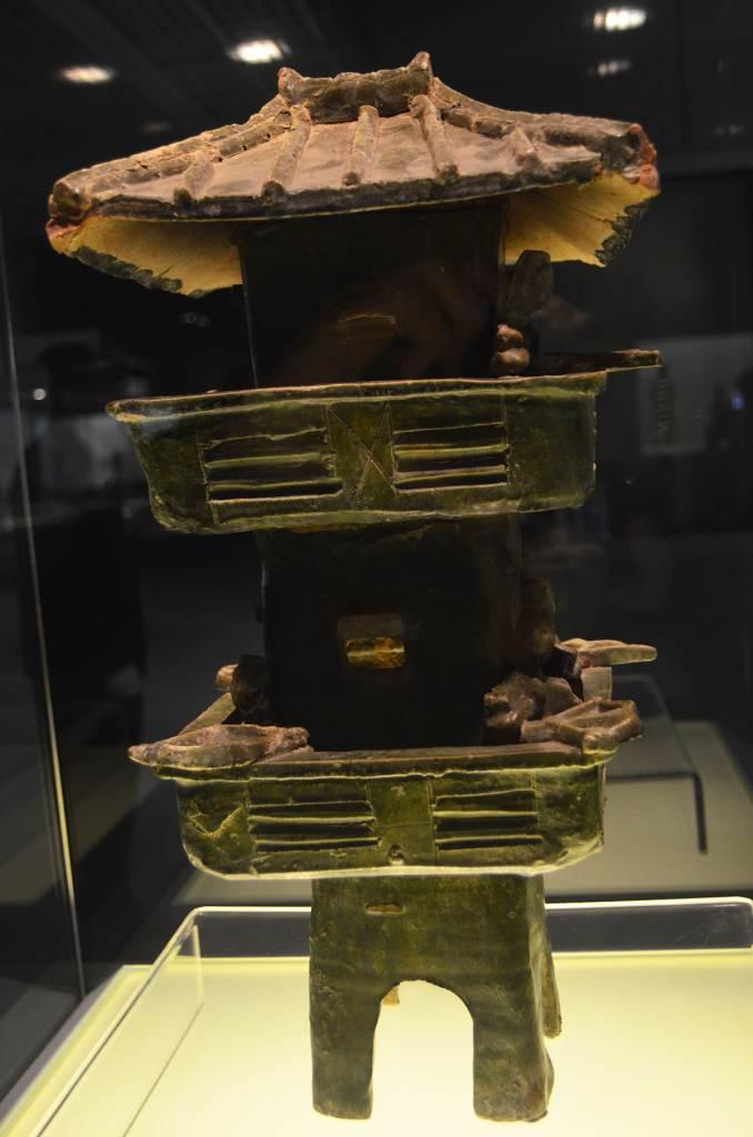 דגם של מגדל שמירה שנמצא בקבר, תקופת חאן המזרחית (צילום: נוגה פייגה)