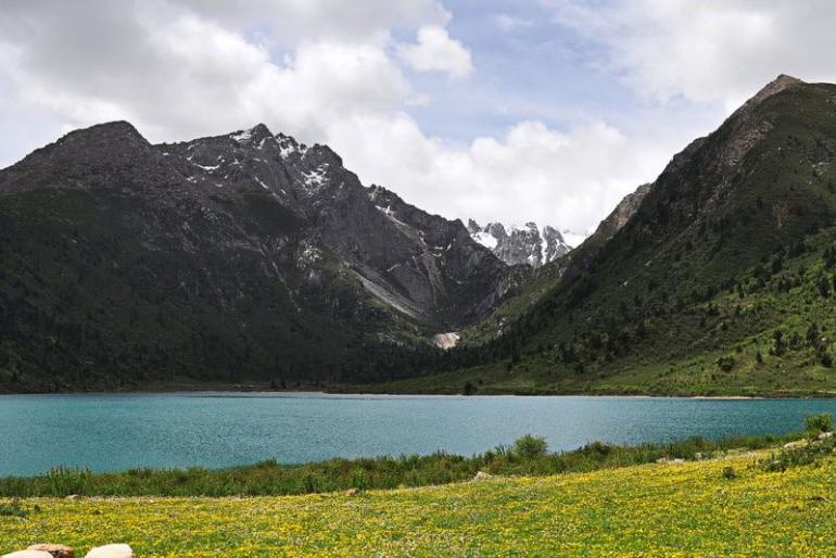 אגם בקרבת עמק דזוגצ'ן. מטיילים יוכלו למצוא מגוון טיולים באזור (צילום: איימי טאן)