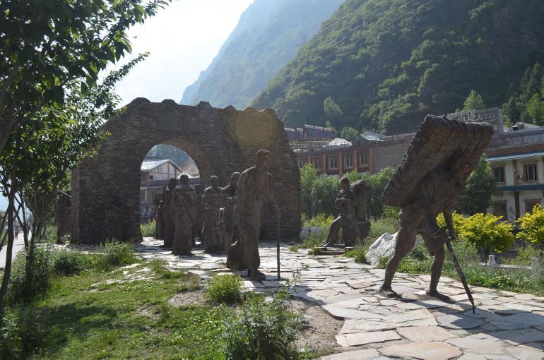 """קאנגדינג. פסל לזכר """"דרך התה"""" שעברה במקום (צילום: נוגה פייגה)"""
