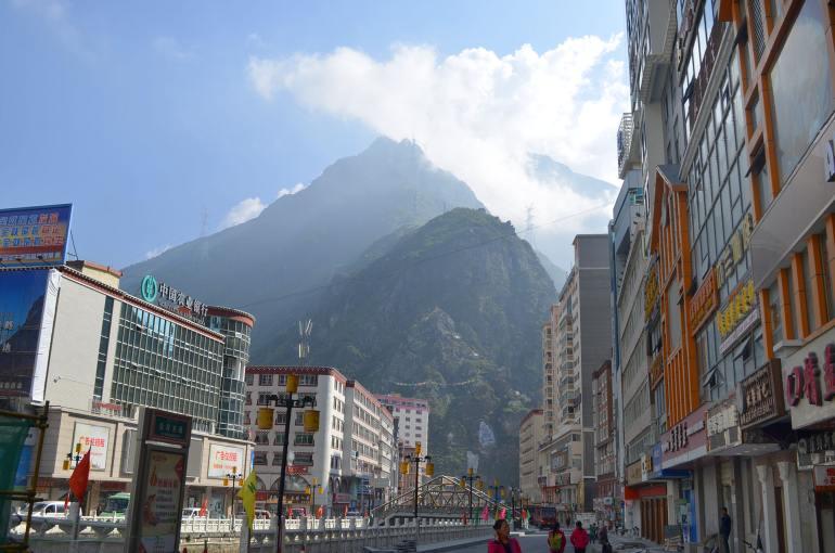 קאנגדינג. הרים אדירים כתפאורה לטבע הפראי של האזור (צילום: נוגה פייגה)