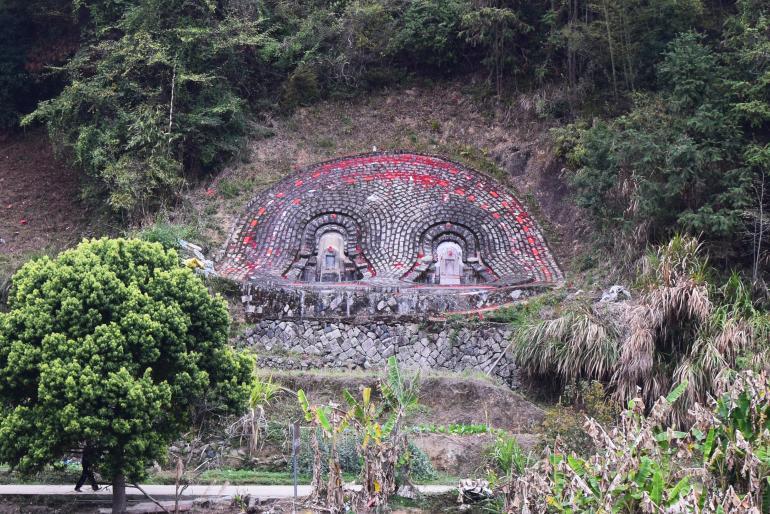 הקברים הססגוניים של בני החאקה (צילום: טל ניצן)