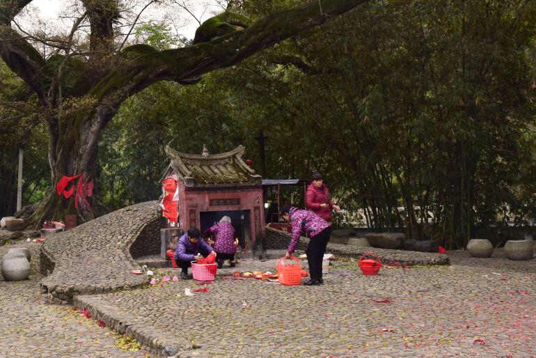 המקומיים מקיימים פולחנים סינים מסורתיים (צילום: טל ניצן)