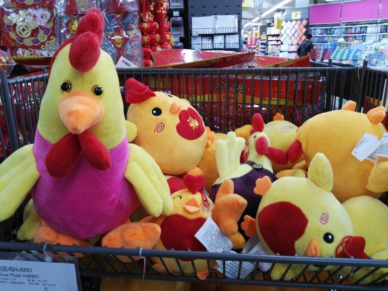 בובות תרנגול נמכרות לקראת החג (צילום: נוגה פייגה)