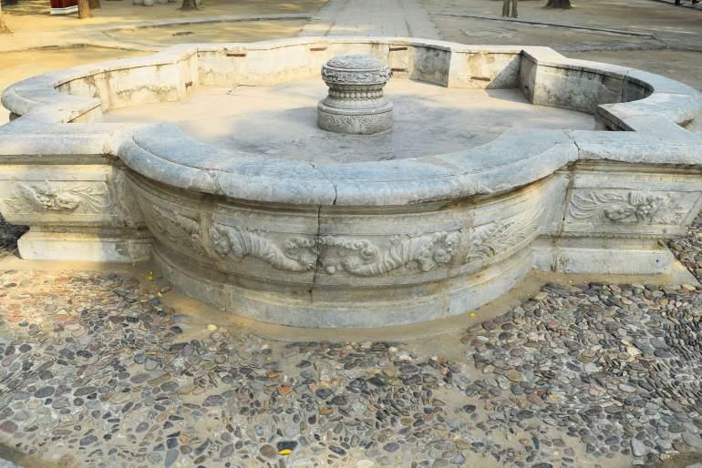 שרידי שיש בארמון הקיץ הישן  (צילום: טל ניצן)