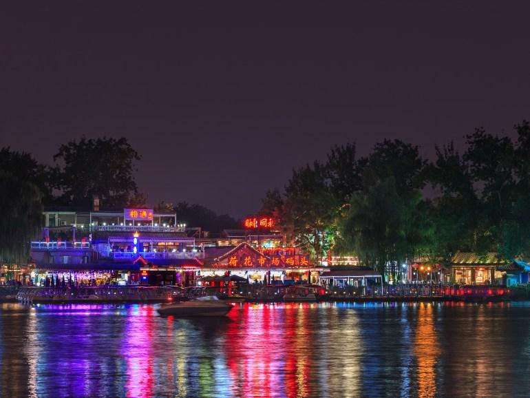 אורות הברים על שפת אגם חואו-חאי (צילום: שאטרסטוק)
