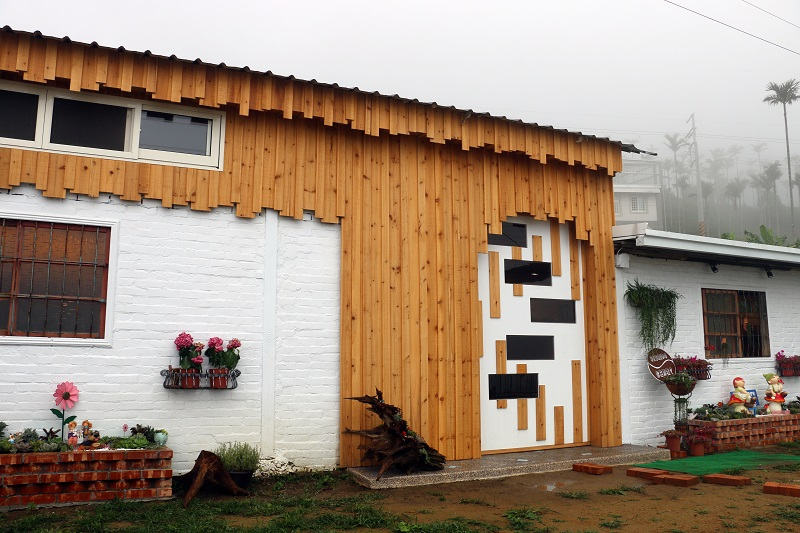 04-琥珀社咖啡莊園-舊倉庫透過改造呈現溫馨氣息,在山中雲霧中顯得格外別致