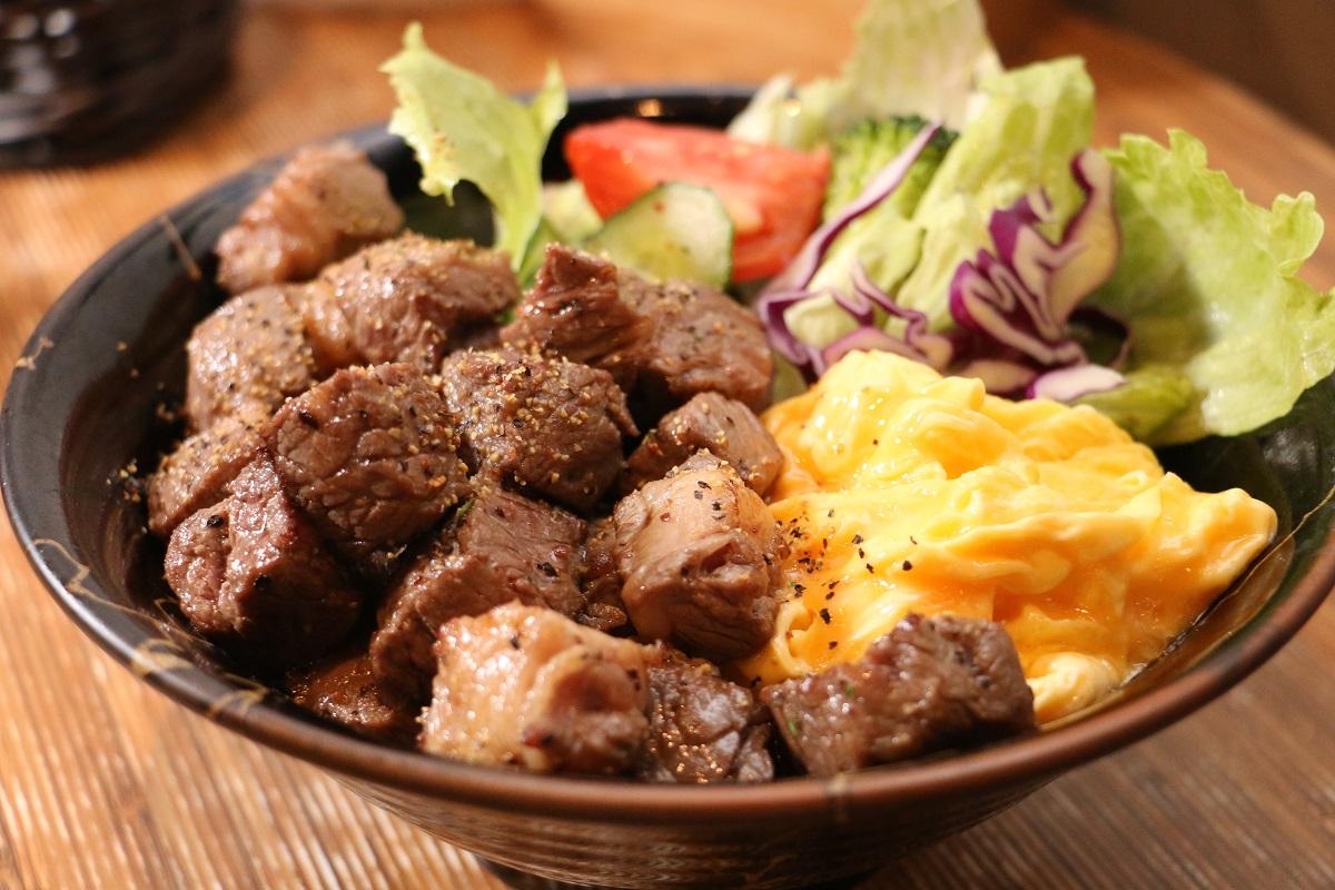 05.「一燒丼」的招牌燒肉丼,肉嫩入味,還無限供應益全香米飯。