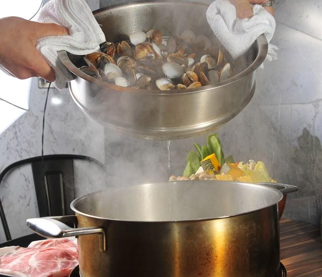 03蛤蜊的汁液就是最天然的調味料。