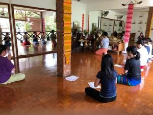 學習課程開始前,要全體一起誦經與祈禱並靜心。