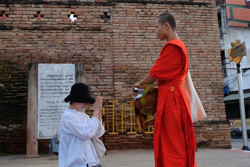 no312,慢清邁,一週間旅居正流行,清晨佈施,和尚,佛教,