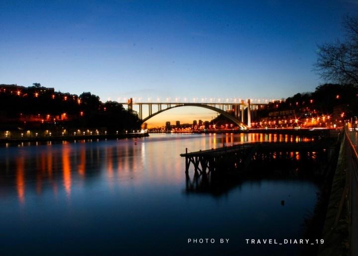 Paesaggio serale di Oporto dopo il tramonto