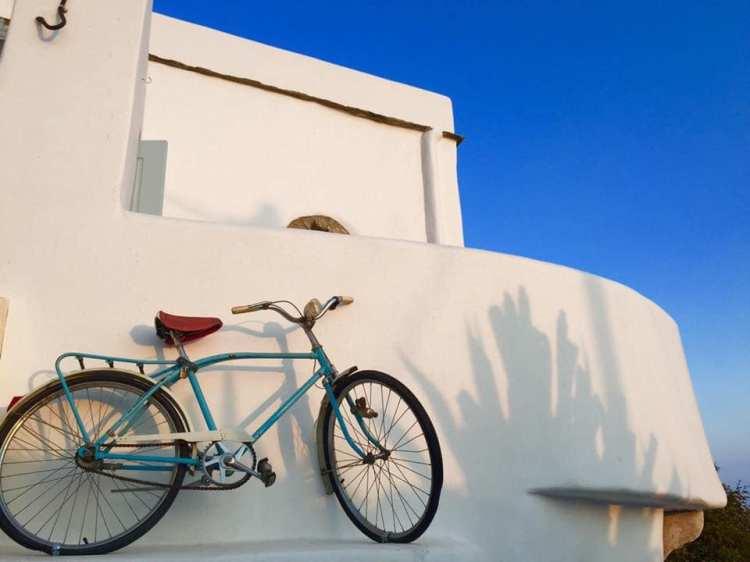 Bicicletta nel bianco di un villaggio delle Cicladi