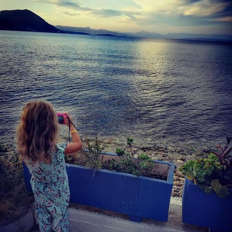 bambino a Corfù al tramonto