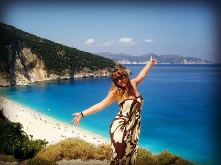 Martina e il mare blu delle ionie di sfondo