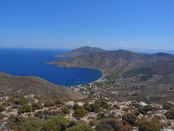 Paesaggio delle colline di Tilos sul mare