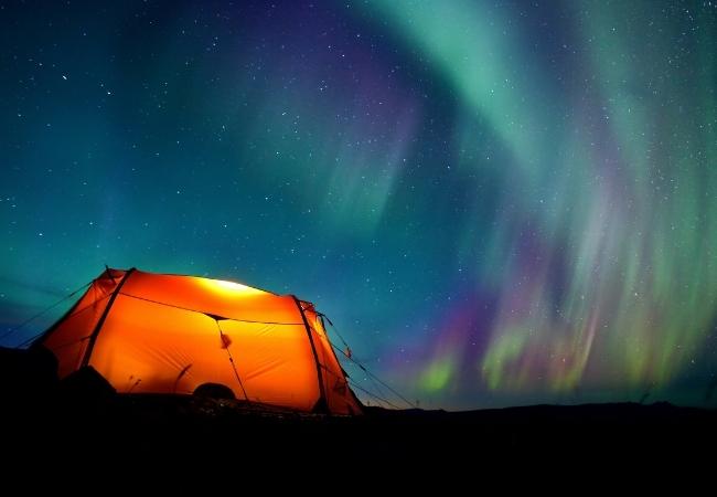 In tenda a vedere l'aurora boreale