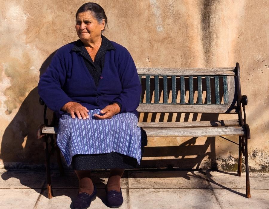 Signora in un villaggio del Mani
