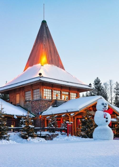 Pupazzo di neve al villaggio di Babbo Natale