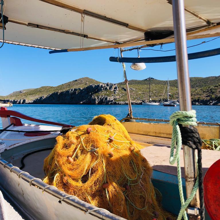 barca di pescatori nel porto di Gerakas