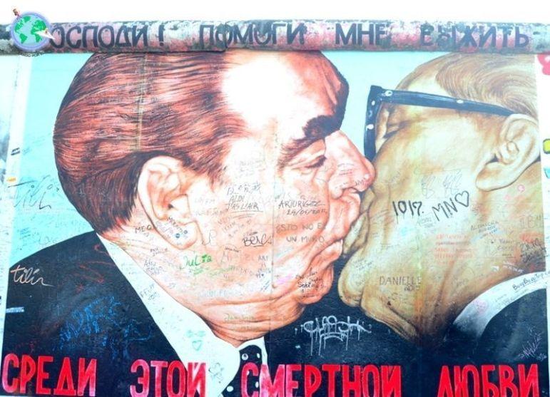 Famosa pintura del beso en el muro de Berlín