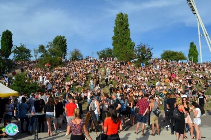 Mauerpark lleno de gente y domingo cualquiera