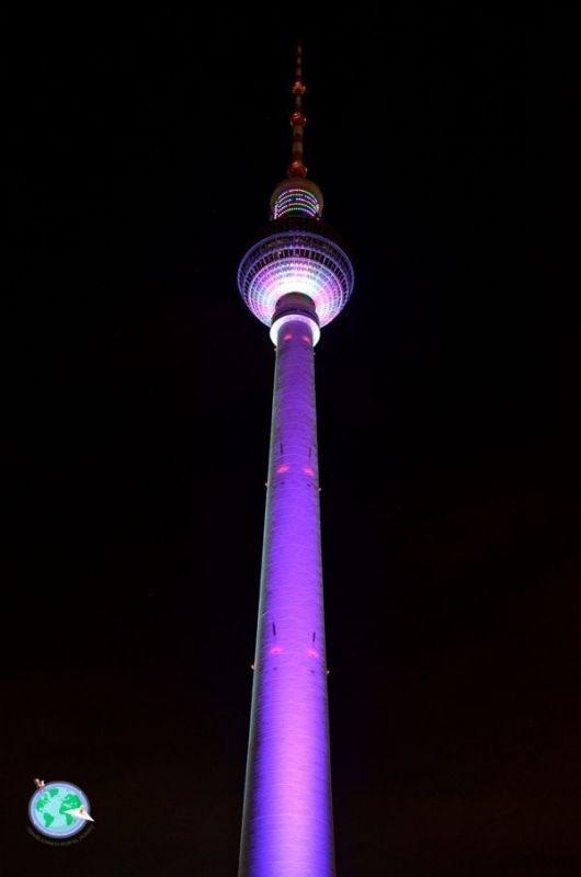 Torre de la televisión iluminada de noche