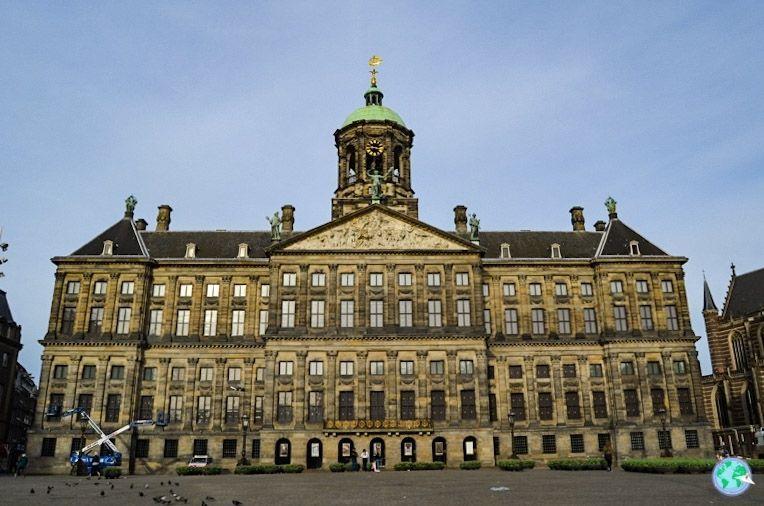 Palacio real sin gente en la plaza a las 8 a.m.
