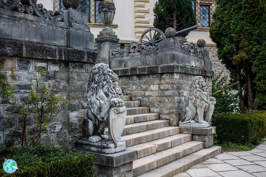 Escalinata con esculturas de leones