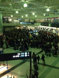 Utasok várakoznak a 2B terminálon.