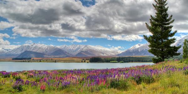 Hőfödte hegycsúcsok a tó túloldalán