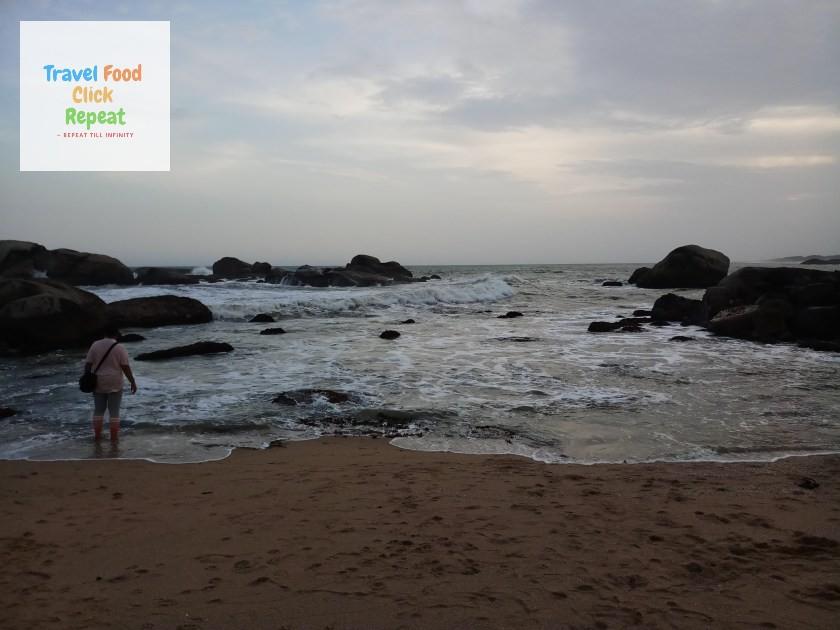 Showcasing-Beach-View-with-Rocks