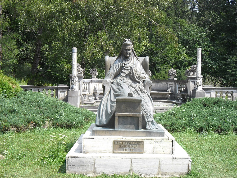 A statue of Queen Elisabeth in the garden