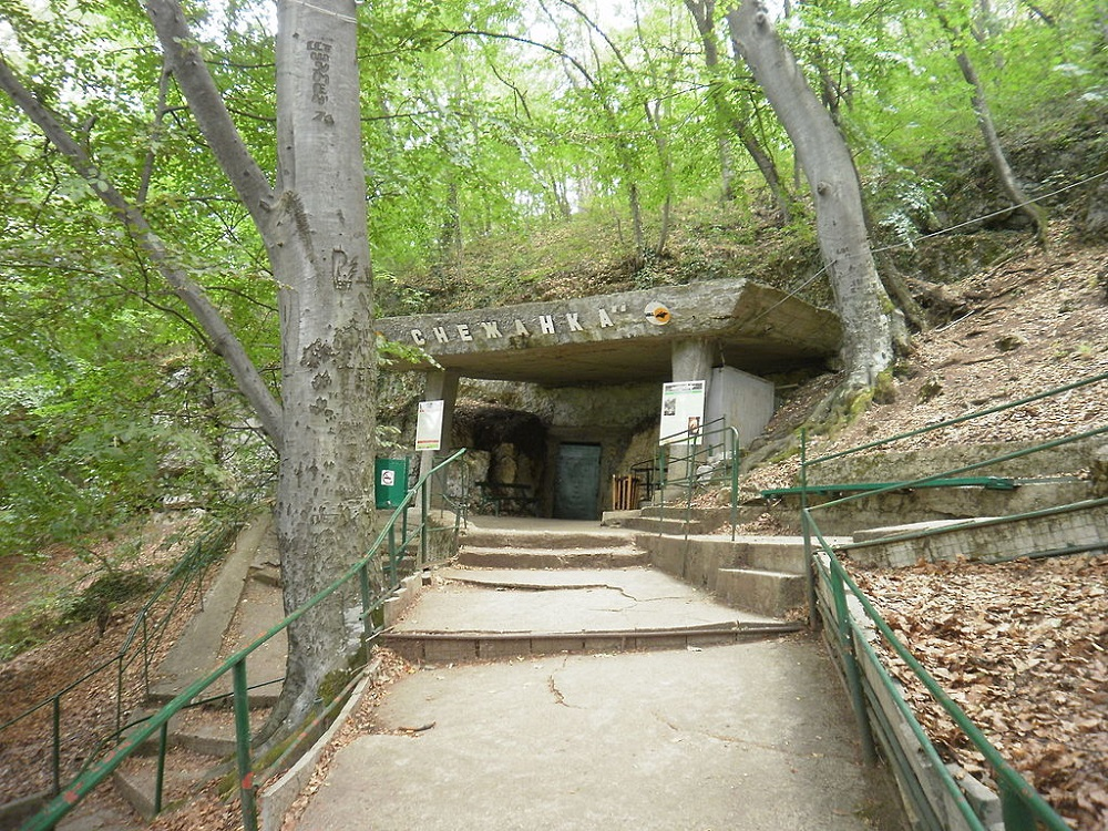 The entrance to the cave, at the end of an uphill path, a great place to visit close to Peshtera Bulgaria.