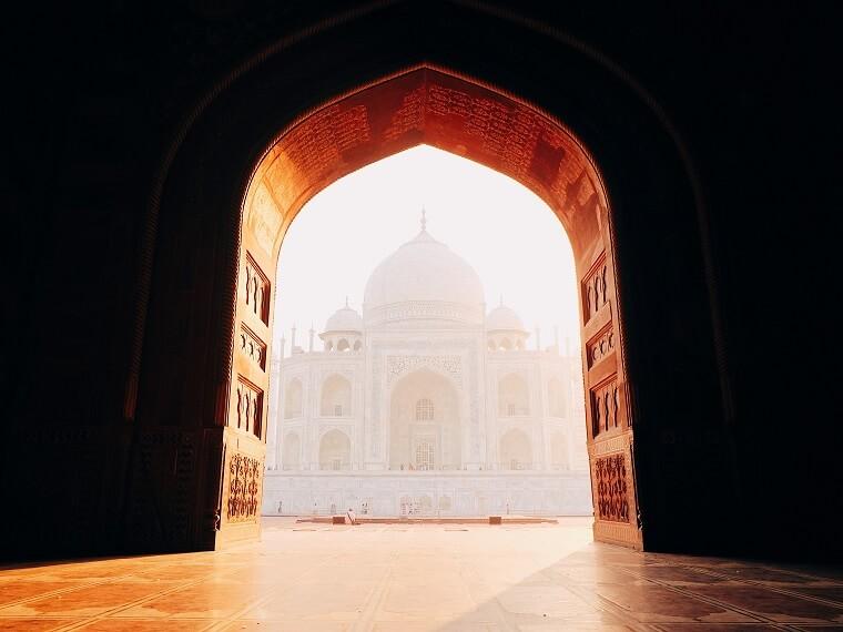 where is the taj mahal located