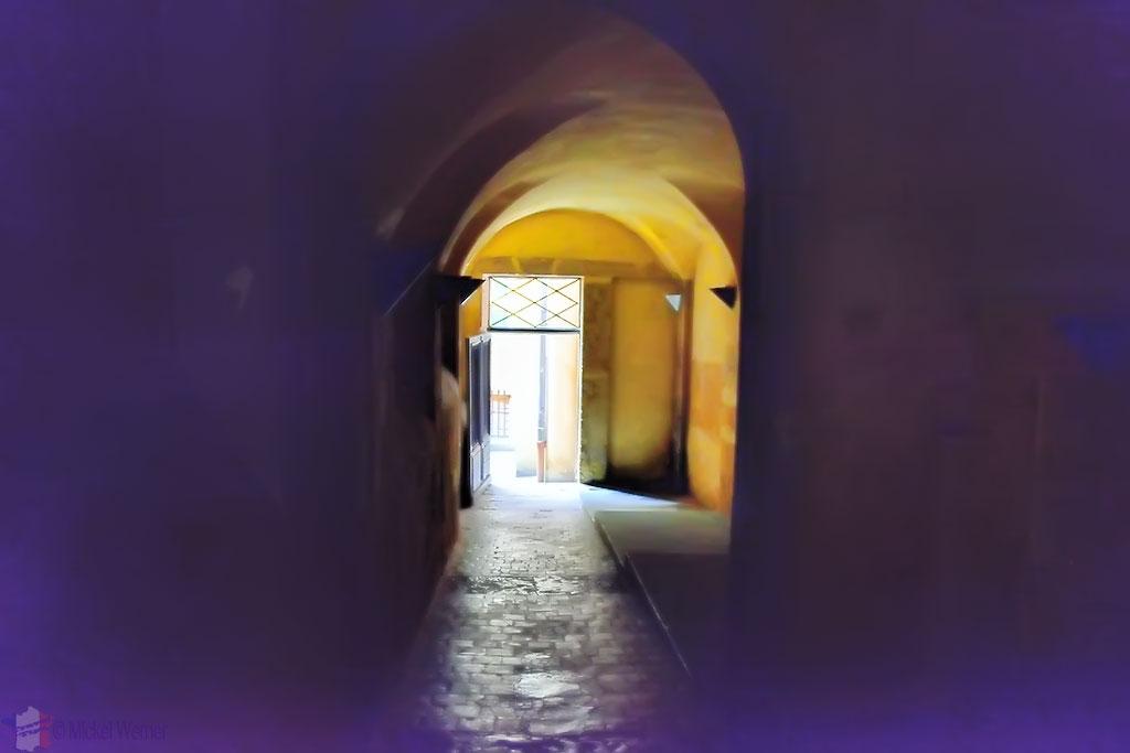 A dark Traboule in old Lyon